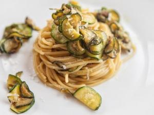 Pasta, zucchini e basilico